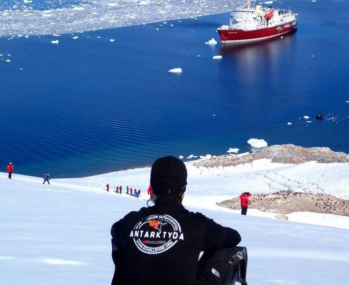 Widok na cieśninę lodowcową na Antarktydzie - zdjęcie z bloga podróżniczego 4challenge