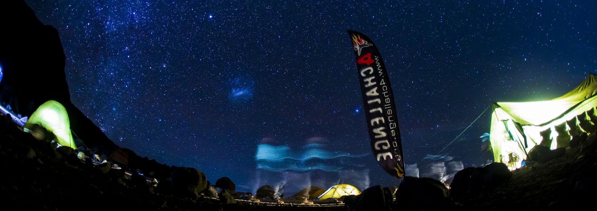obóz wyprawy 4challenge nocą - Boliwia Huayna Potosi