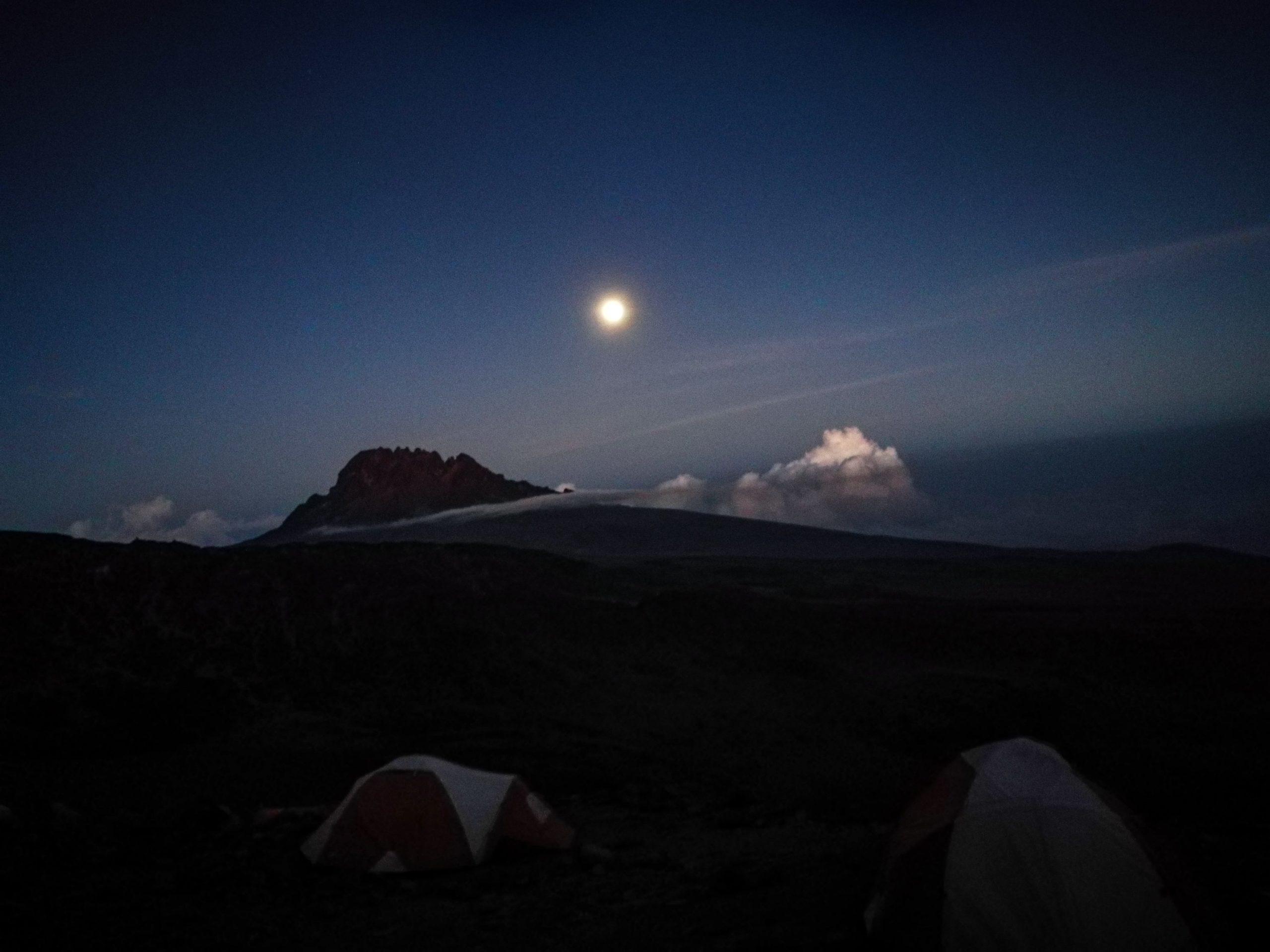 Kilimandżaro w świetle księżyca, noc, kilimandżaro, tanzania-min
